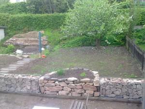 Sandsteinmauer mit Kräuterbeet