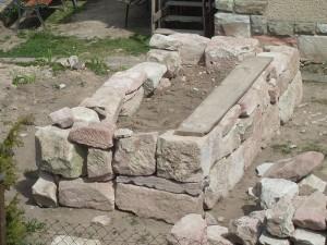 Bau des Hochbeetes mit Sandsteinen.