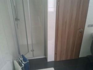 Dusche mit angepasster Duschwand