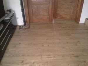 Im Wohnzimmer wurde ein rustikales Laminat verlegt.