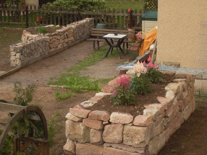 Optische Anpassung an die Sandsteinmauer.